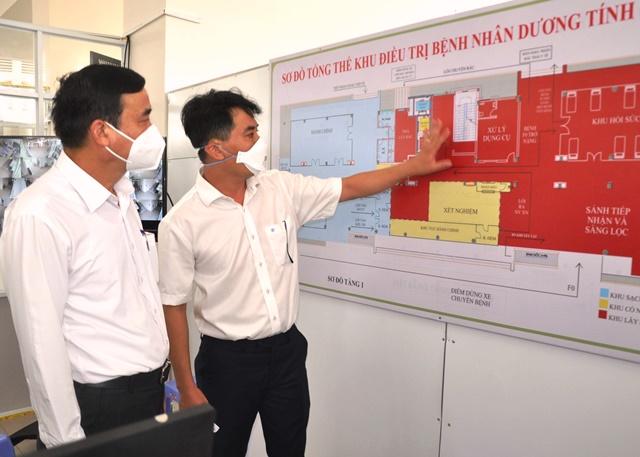 Chủ tịch UBND TP.Đà Nẵng Lê Trung Chinh (bìa trái) kiềm tra thực tế tại bệnh viện dã chiến thu dung điều trị bệnh nhân Covid-19