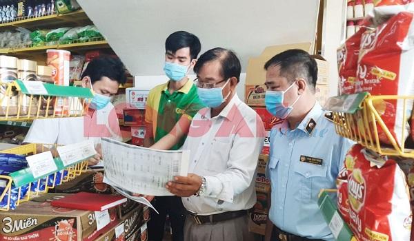 Đoàn tiến hành lập biên bản cửa hàng Bách Hoá Xanh tọa lạc tại số 19, Nguyễn Đình Chiểu, phường 3 TP.Tân An