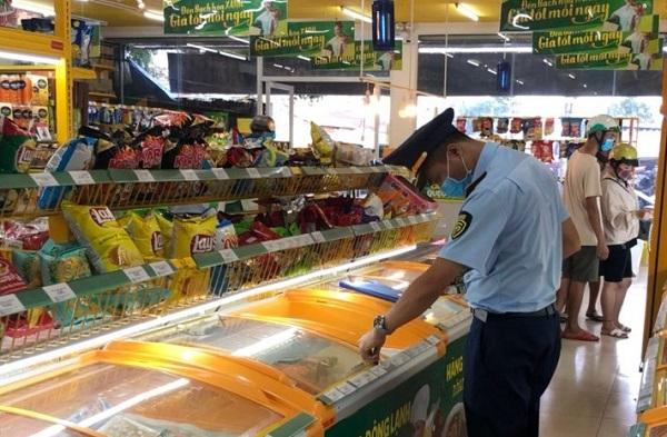 Những ngày gần đây, qua kiểm tra, lực lượng Quản lý Thị trường một số tỉnh thành đã phát hiện nhiều lỗi và lập biên bản vi phạm để xử phạt một số cửa hàng Bách Hóa Xanh.