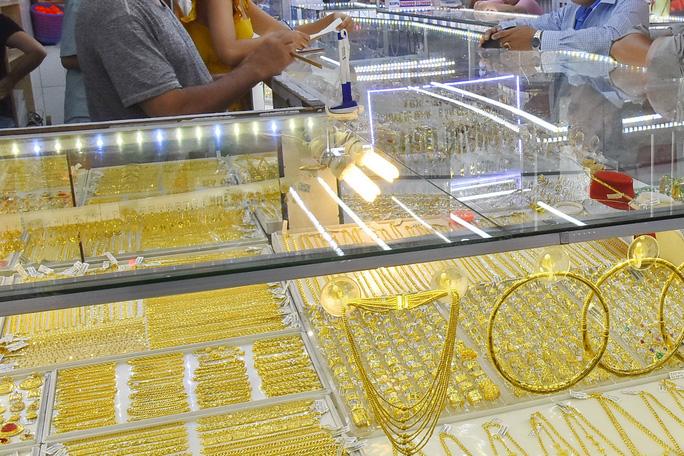 Giá vàng tăng vọt lên 1.810 USD/ounce