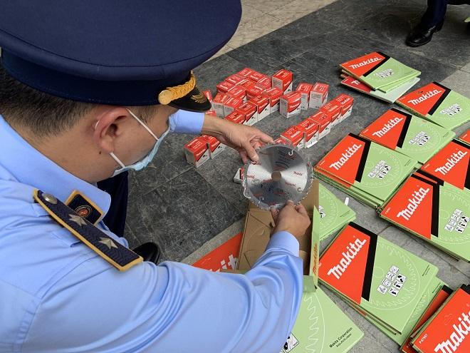 Lực lượng quản lý thị trường Hà Giang đang tiến hành kiểm đếm tang vật vi phạm