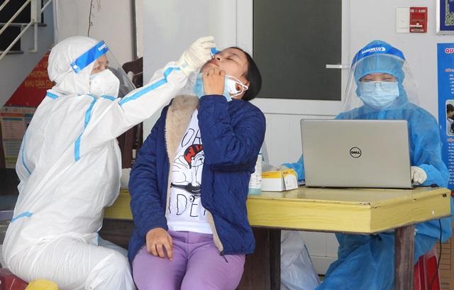 Nhân viên y tế lấy mẫu xét nghiệm cho dân.