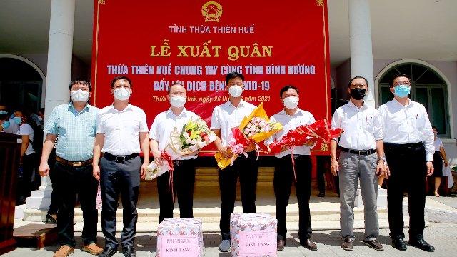 Ông Lê Thanh Bình, Phó chủ tịch UBND tỉnh Thừa Thiên Huế (đầu tiên bên phải) tặng hoa cho đoàn công tác vào Bình Dương