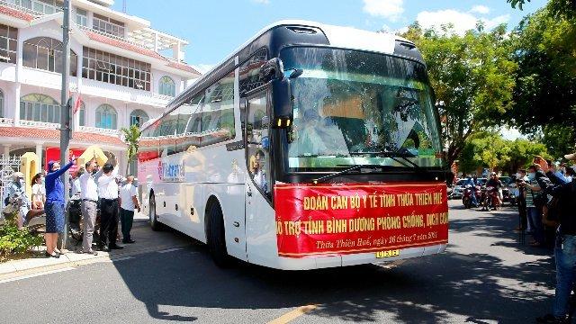 ... Xe chở đoàn Thầy thuốc về sân bay Phú Bài