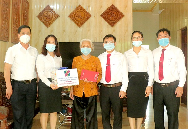 Lãnh đạo Agribank Tuyên Quang tặng quà Mẹ Việt Nam Anh hùng Lê Thị Cải ở thị trấn Sơn Dương