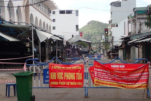 cửa bên phải chợ Đầm- Tp. Nha Trang, 15 giờ 51 ngày 26/7/2021