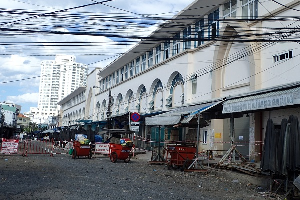 cửa bên trái chợ Đầm- Tp. Nha Trang, 15 giờ 55 ngày 26/7/2021