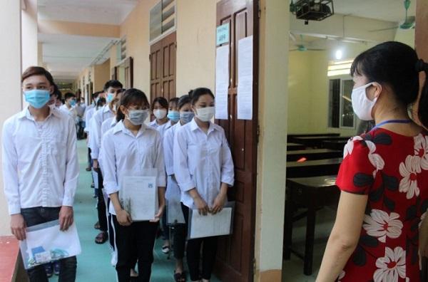 các thí sinh chuẩn bị vào phòng thi