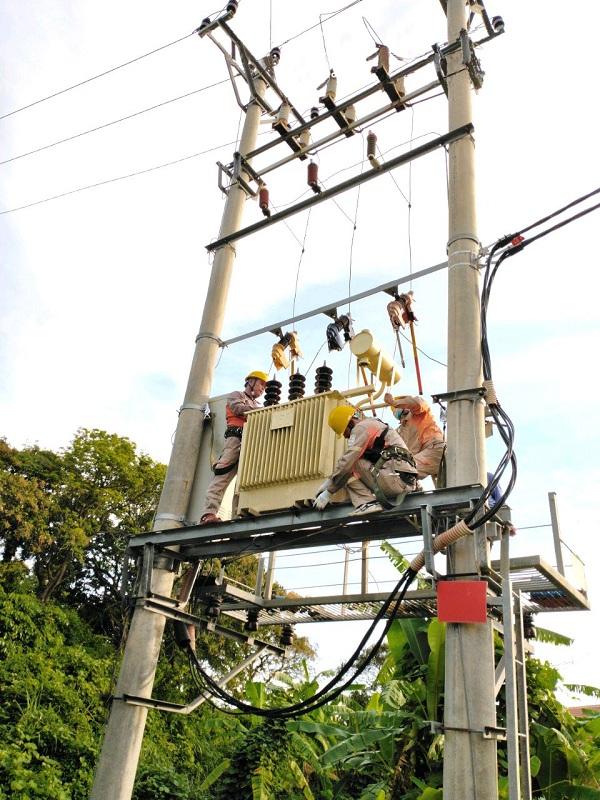 Công nhân Điện lực Vân Đồn kiểm tra trạm biến áp trước mùa mưa bão