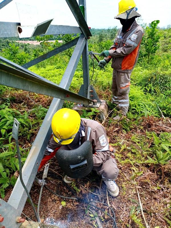 Công nhân Đội Quản lý vận hành lưới điện cao thế kiểm tra bổ sung tiếp địa gốc cột, đường dây 110 Kv