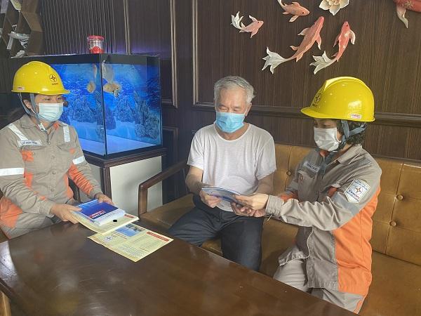 Công nhân Điện lực TP Hạ Long tuyên truyền an toàn điện trong Nhân dân