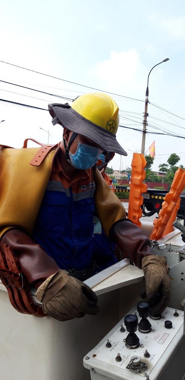 Công nhân Đội Hotline thực hiện phiên công tác tháo lèo thay thế dao cách ly đường dây 472 E5.23, đảm bảo lưới điện vận hành an toàn trong mùa mưa bão