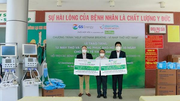 Đại diện GS Energy và VCF trao bảng tài trợ tượng trưng cho Đại diện Sở Y tế tỉnh Long An