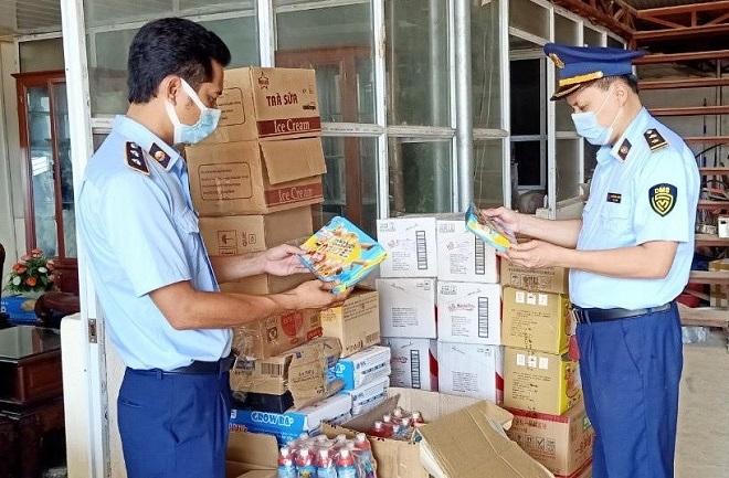 Đội Quản lý thị trường số 6 (Cục Quản lý thị trường Lạng Sơn) kiểm tra hàng hóa vi phạm
