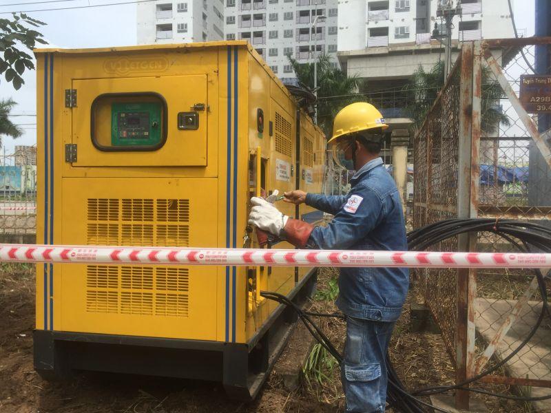 Công nhân Công ty Điện lực Tân Thuận lắp đặt máy phát điện 250kVA dự phòng cho Bệnh viện dã chiến Quận 7