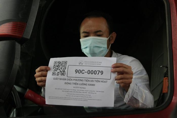 """Phương tiện được cấp mã ưu tiên lưu thông trên """"luồng xanh"""" toàn quốc. Ảnh: Nam Khánh"""