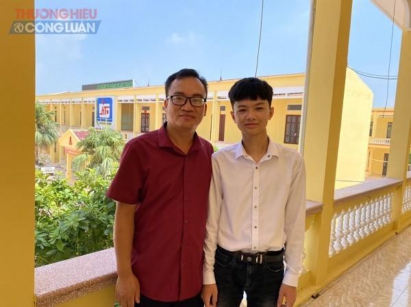Em Trần Cao Sơn thủ khoa ban A và thầy Vũ Văn Anh giáo viên chủ nhiệm lớp 12A1