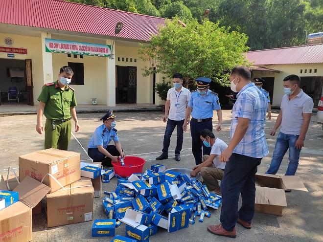 Lực lượng chức năng đang tiến hành kiểm kê số tang vật vi phạm chuẩn bị đi tiêu hủy