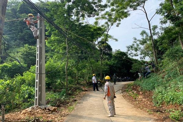 Điện lực Chi Lăng giám sát và hỗ trợ công việc tại hiện kéo điện tại thôn Lũng Cút