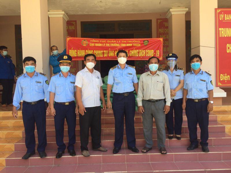 Đại diện MTTQVN huyện Ninh Phước tiếp nhận hàng hoá ủng hộ nhân dân khu vực phong toả