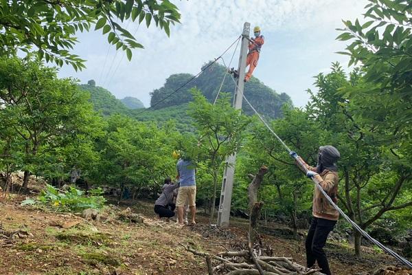 Hình ảnh kéo điện tại thôn Lũng Cút, thị trấn Đồng Mỏ, huyện Chi Lăng