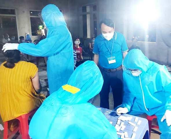 Ngành y tế Nghệ An tổ chức lấy mẫu xét nghiệm Covid-19 sau khi phát hiện các ca bệnh tại ổ dịch Bệnh viên Đa khoa Minh An