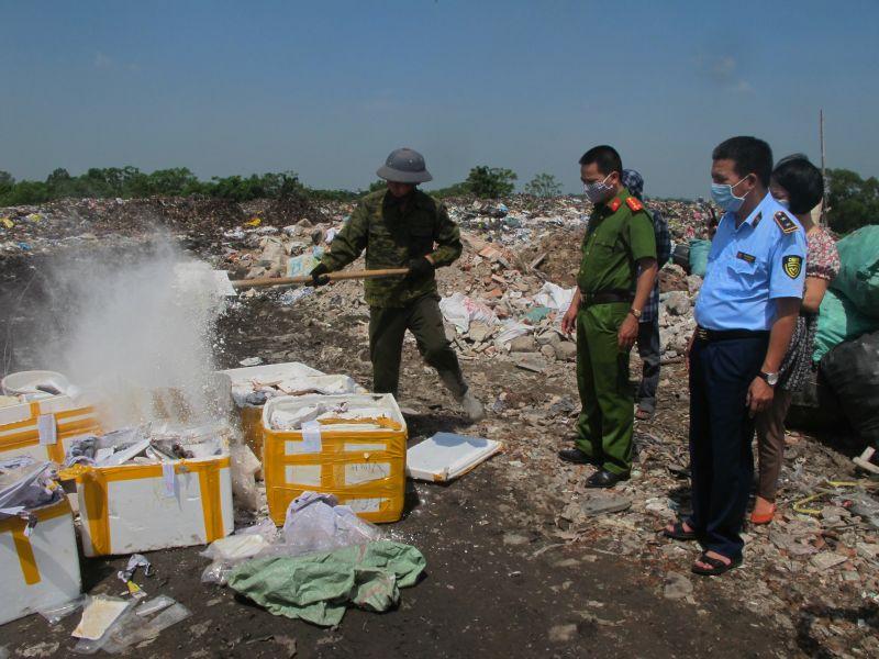Lực lượng chức năng tỉnh Nam Định tiến hành tiêu hủy gần 500kg thực phẩm tươi sống không rõ nguồn gốc xuất xứ