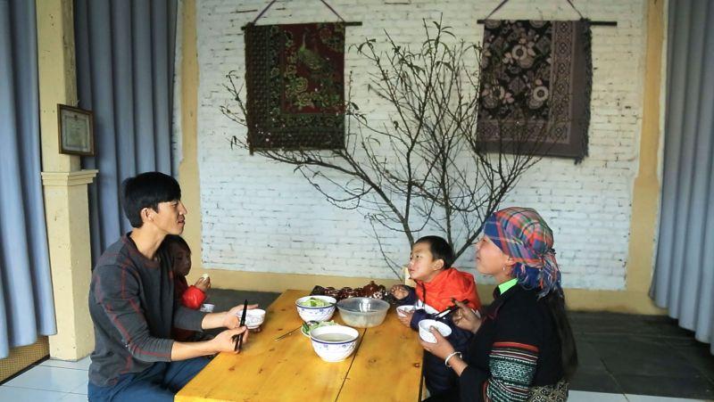 Gia đình Má A Tông trong căn nhà mới khang trang được tập đoàn Sun Group hỗ trợ xây sửa