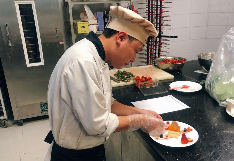 Chảo Láo Ú tự tay làm những chiếc bánh ngọt phục vụ thực khách