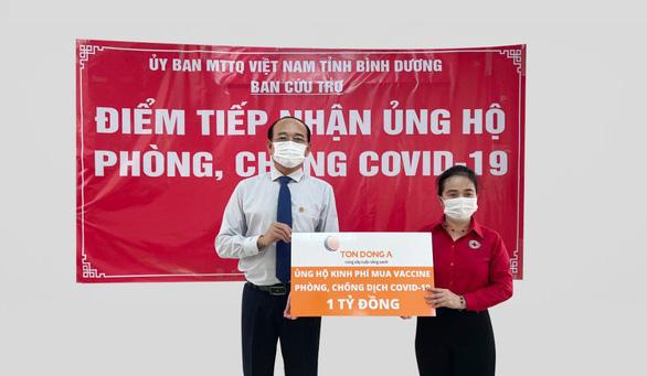 Ông Hồ Song Ngọc - Phó tổng giám đốc Công ty cổ phần Tôn Đông Á trao 1 tỉ đồng để mua vắc xin