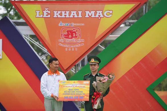 Tôn Đông Á trao tiền ủng hộ cho Bộ đội Biên phòng biên phòng tỉnh Cao Bằng