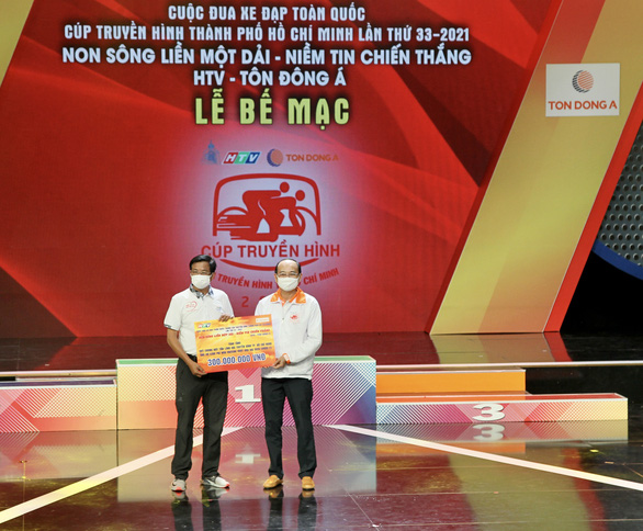 Quỹ Chung một tấm lòng Đài truyền hình TP.HCM tiếp nhận 300 triệu đồng từ Tôn Đông Á