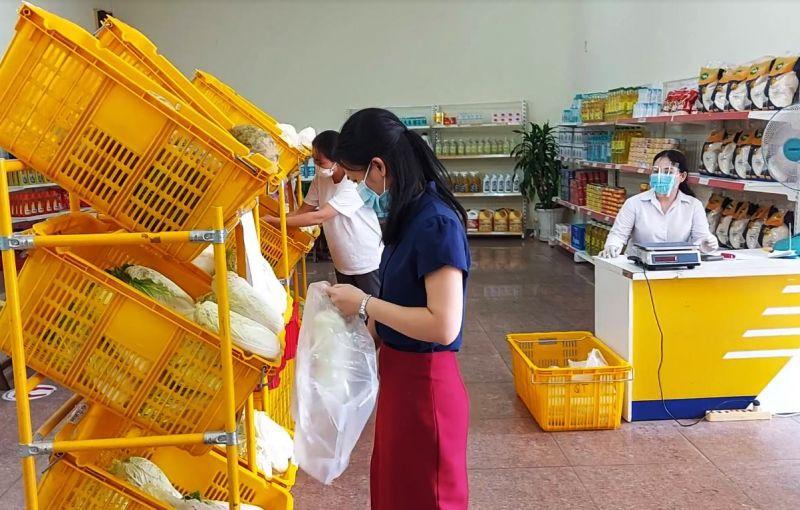 Các điểm bán hàng thiết yếu và bình ổn giá của Vietnam Post góp phần giải bài toán khan hiếm thực phẩm, rau xanh trong những ngày cách ly xã hội