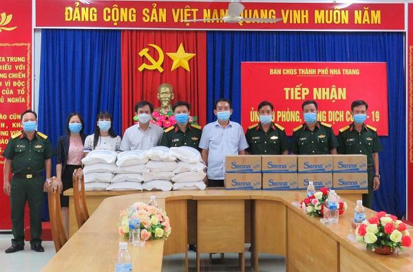 Đại diện lãnh đạo Công ty Yến Sào Khánh Hòa đến trao quà tại BCHQS thành phố Nha Trang