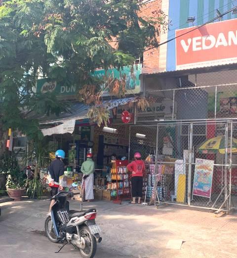 Người dân khu vực quận Liên Chiểu tranh thủ thời gian còn lại để mua nhu yếu phẩm