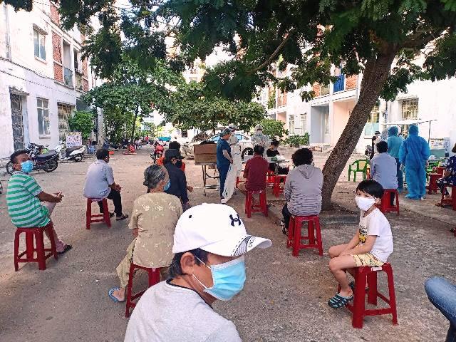 Từ sáng sớm ngày 31/7, lực lượng y tế tiếp tục lấy mẫu xét nghiệm cho mỗi hộ gia đinh tại khu chung cư xã hội , thuộc phường Hòa Hiệp Nam, quận Liên Chiểu. Ảnh: Nguyễn Thuận