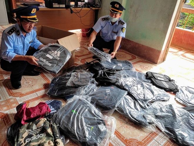 Lực lượng QLTT tỉnh Hà Giang tiến hành kiểm tra số hàng hóa vi phạm
