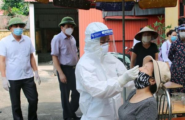 Nhân viên y tế lấy mẫu xét nghiệm cho người dân huyện Nam Sách