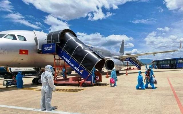 Chuyến bay chở người dân tỉnh Quảng Nam từ TP.HCM về quê hạ cánh tại sân bay quốc tế Đà Nẵng vào trưa 31/7.