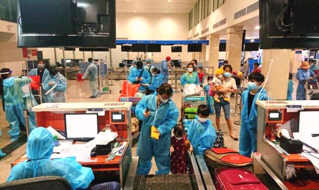 Người dân tỉnh Quảng Nam làm thủ tục tại sân bay quốc tế Đà Nẵng sau khi được đón từ TP.HCM về quê nhà