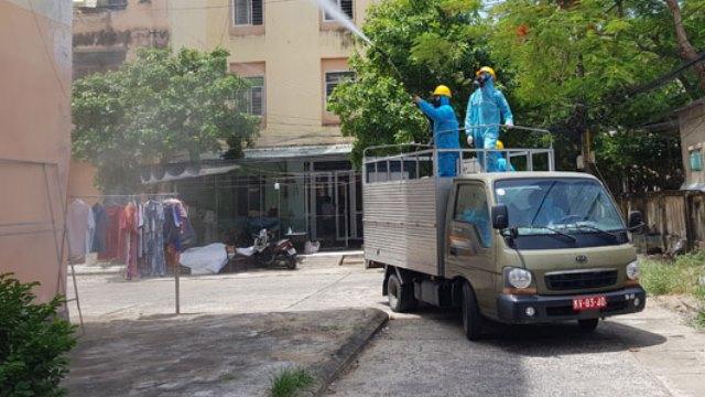Xe phục vụ khử khuẩn tiến vào một khu vực chung cư được phong toả cứng bên trong phường Nại Hiên Đông..