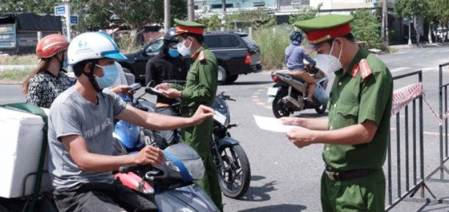 Từ 14 giờ ngày 30/7, UBND quận Sơn Trà thiết lập phong tỏa tạm thời phường Nại Hiên Đông: Trong ảnh: Lực lượng chức năng kiểm tra giấy tờ người vận chuyển hàng thiết yếu cung cấp cho phường