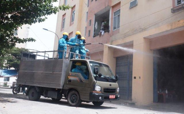 Xe chuyên dụng phun khử khuẩn tại các khu vực chung cư