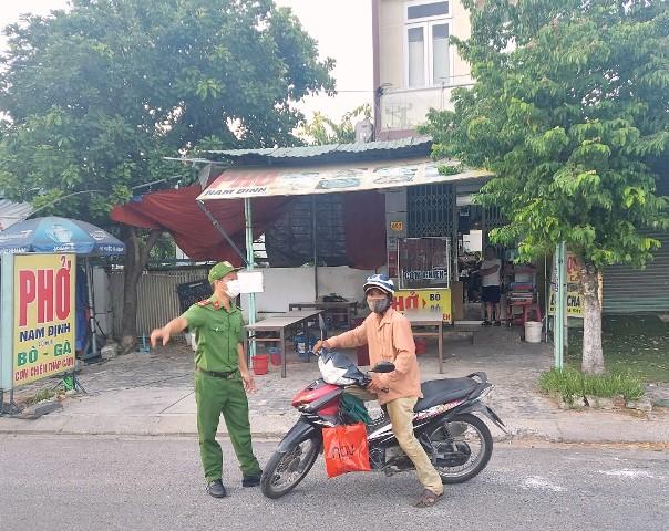 Chốt kiểm dịch phường Hòa Khánh thực hiện giãn cách theo Chỉ thị 16 . Ảnh trong: Hướng dẫn người dân quay đầu khi ra đường không có việc cần thiết.