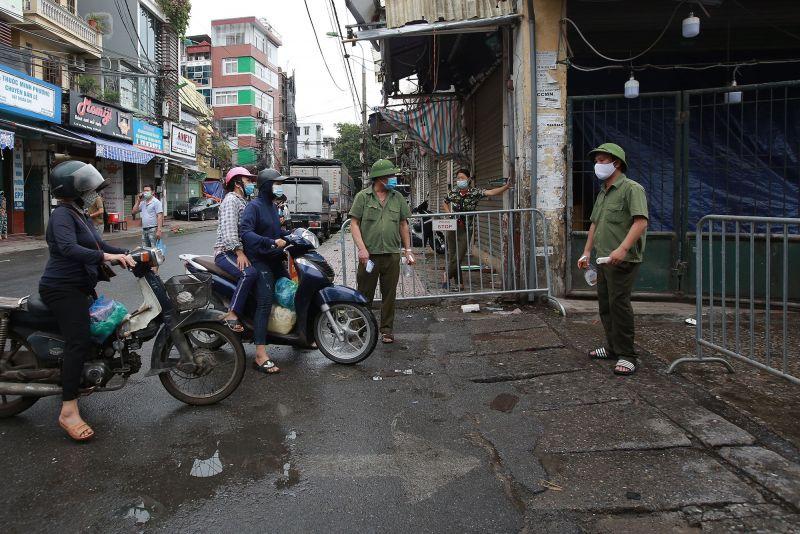 Liên quan đến ca F0 lấy hàng tự chợ Vôi lên bán tại chợ Phùng Khoang (phường Trung Văn- quận Nam Từ Liêm), UBND quận Nam Từ Liêm đã quyết định phong tỏa và tạm thời đóng cửa chợ này từ tối 31/7.