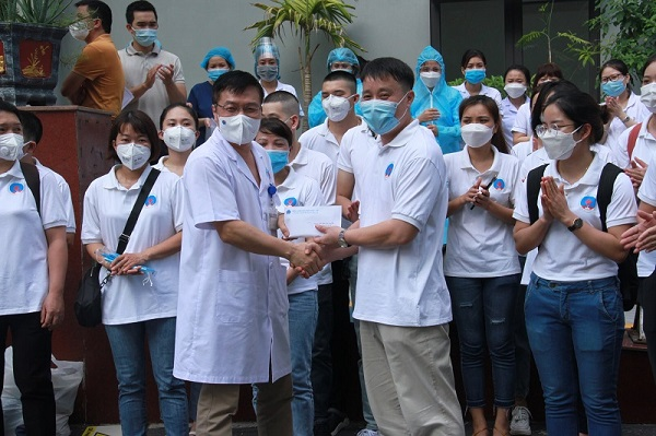 Các thầy thuốc BV Hữu Nghị chi viện cho điểm nóng chống dịch
