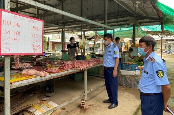 Lực lượng QLTT kiểm tra giá các mặt hàng thiết yếu tại chợ truyền thống