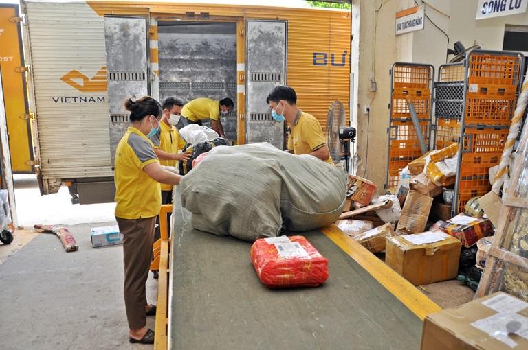 Cán bộ, nhân viên Bưu điện tỉnh chấp hành nghiêm các quy định phòng, chống dịch Covid-19, đảm bảo lưu thông hàng hóa. Ảnh: Chu Kiều