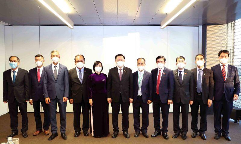 Chủ tịch Quốc hội Vương Đình Huệ và Đoàn công tác chụp ảnh lưu niệm với Đại sứ 6 nước (Ảnh: quochoi.vn)