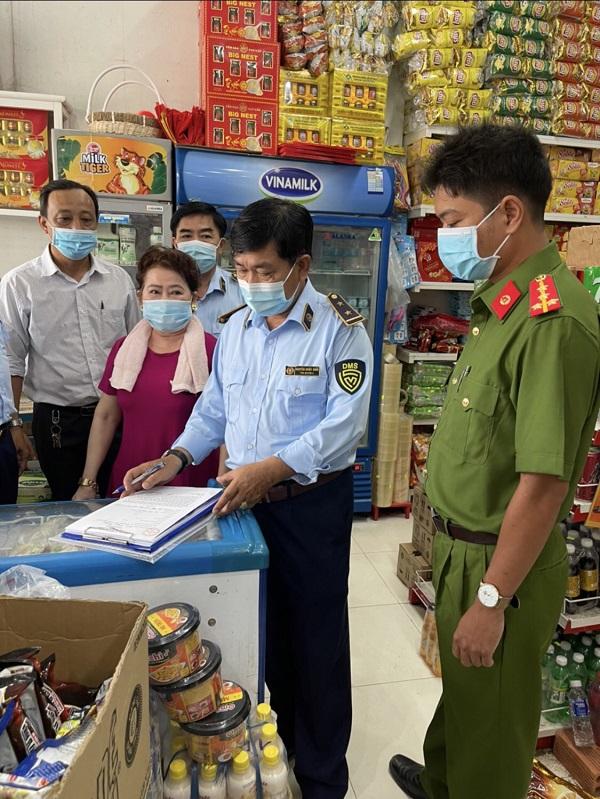 Lực lượng chức năng tỉnh Cà Mau kiểm tra và ký cam kết bán đúng giá niêm yết